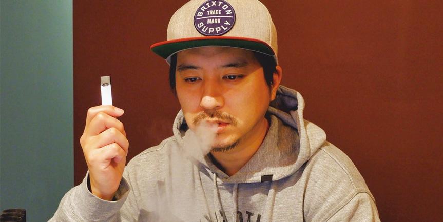 JUULを吸う姿