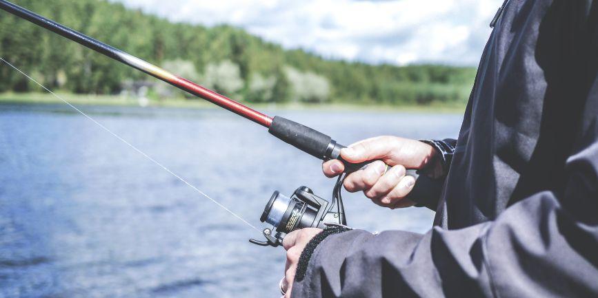 釣りを楽しむ人